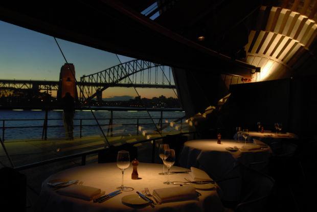 """Bajo las cubiertas como velas de la Ópera de Sydney de Jørn Utzon, el restaurante """"Guillaume at Bennelong"""" presenta una exquisita cocina francesa en un ambiente perfectamente iluminado, gracias al Light System DALI."""
