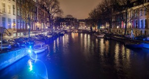 Ondas de luz y simbolismo en los canales de Amsterdam