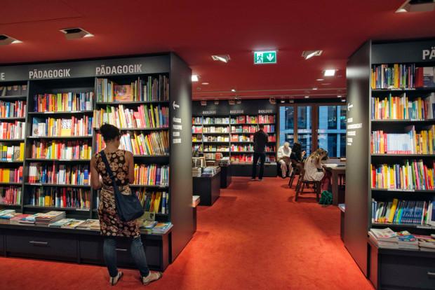 En Berlín, el Dussmann das KulturKaufhaus de la calle Friedrichstraße representa una especie de institución: un punto clave en la vida cultural que atrae a los comercios de venta al por menor de la capital. Inaugurados en 1997, estos almacenes venden libros, CDs, DVDs y partituras