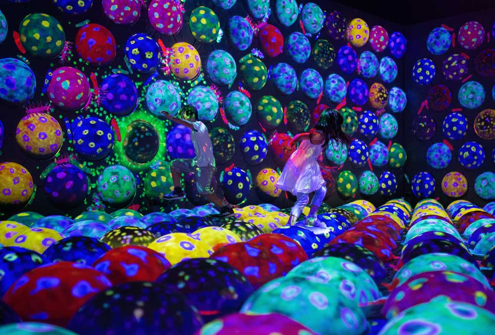 teamLab apidly-Rotating-Bouncing-Sphere-Caterpillar-House